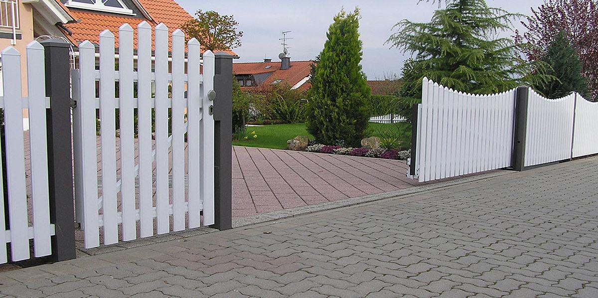 Zaun mit Tür und freistehendem Schiebetor mit Antrieb