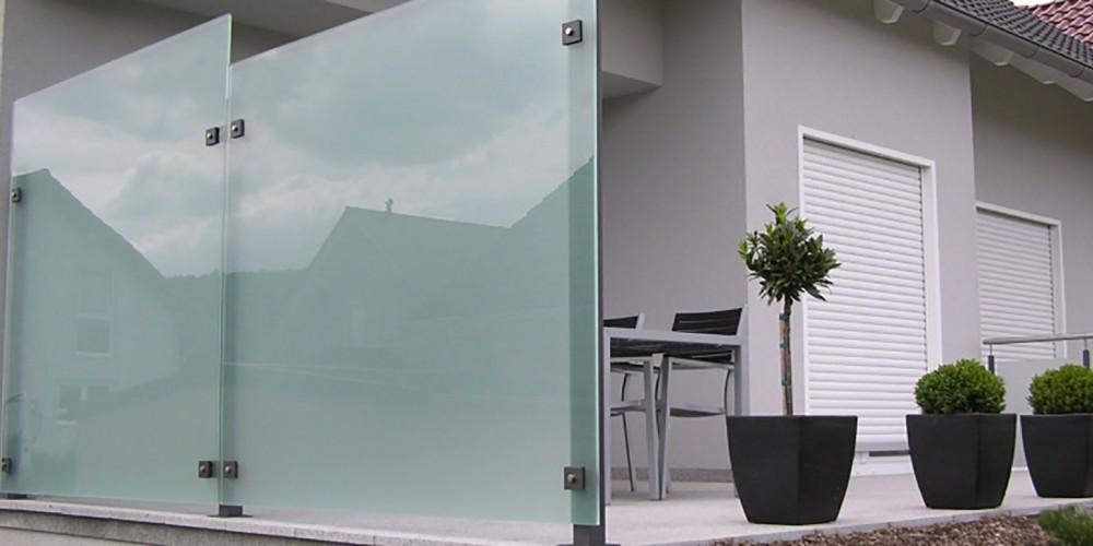sichtschutz zaun aus glas und aluminium. Black Bedroom Furniture Sets. Home Design Ideas