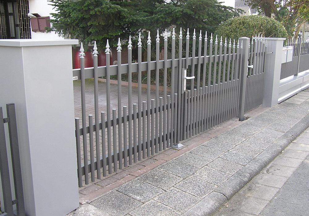 Moderner Alu-Zaun mit Tür und Tor